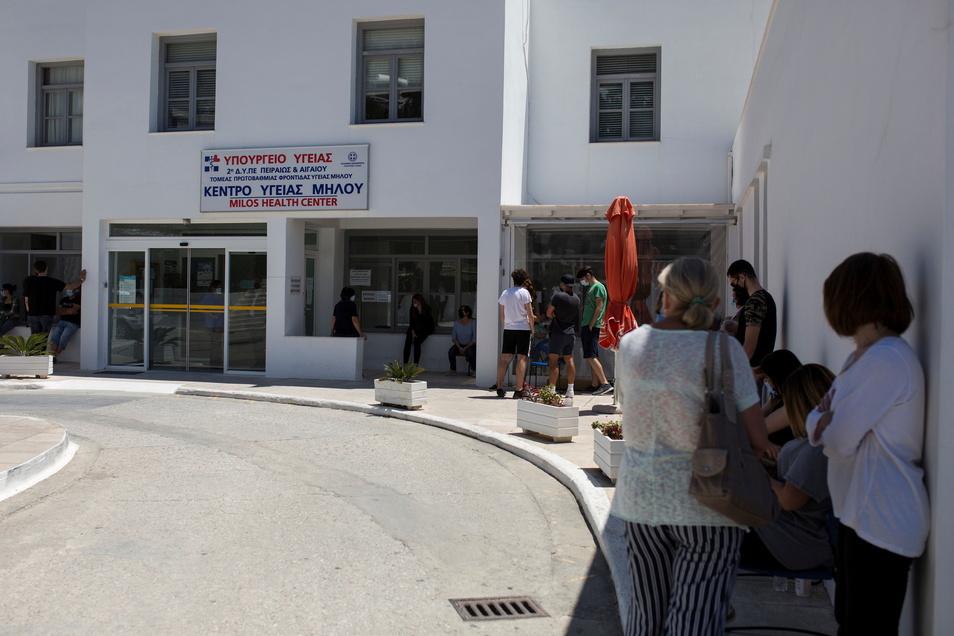 Menschen warten vor dem Impfzentrum der Insel Milos auf ihre Spritze gegen das Coronavirus.