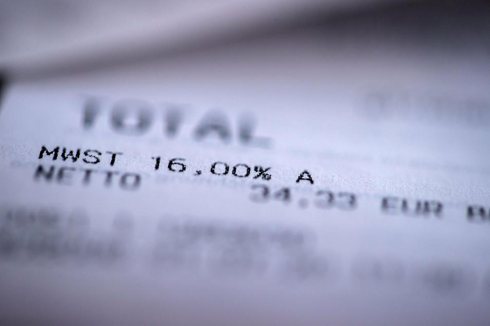 Symbolbild: Ein Einkaufsbeleg mit den Angaben der neuen Mehrwertsteuer in Höhe von 16 Prozent liegt auf einem Küchentisch.