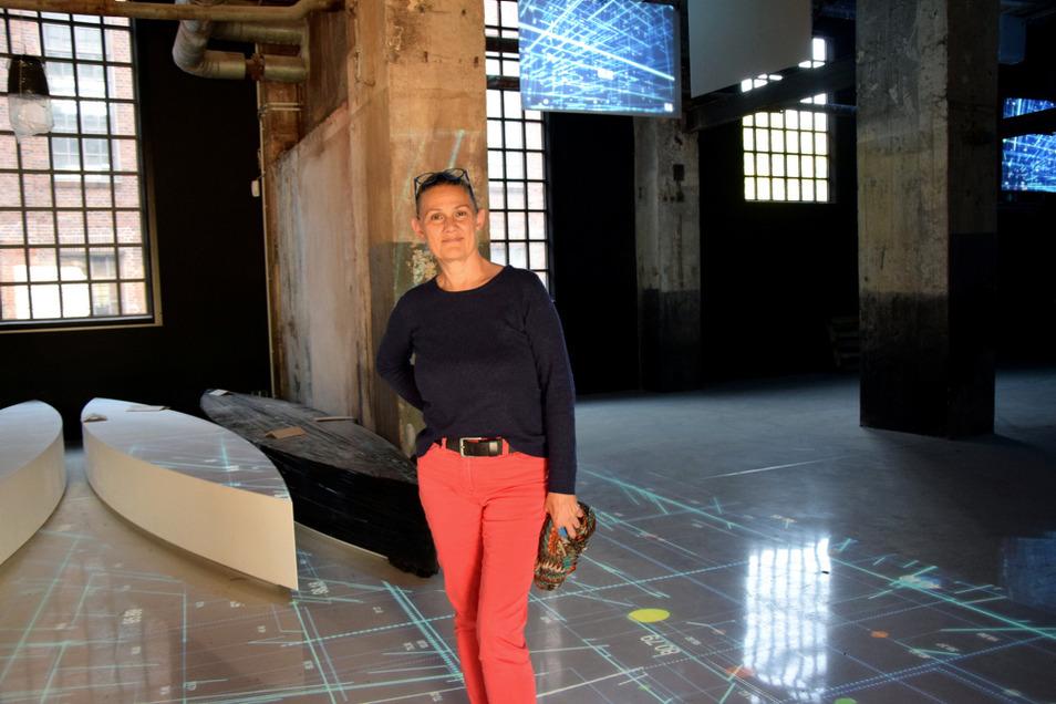 Kirstin Zinke im alten Motorenlager, wo der Prolog der Dauerausstellung entsteht. Auf dem Bildschirm läuft ein Film zum Lausitz-Wandel.