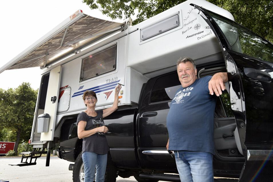 Walburga und Robert Bachert stehen mit ihrem Wohnaufsatz auf einem Dodge Pickup auf dem Busstellplatz im Ostragehege.