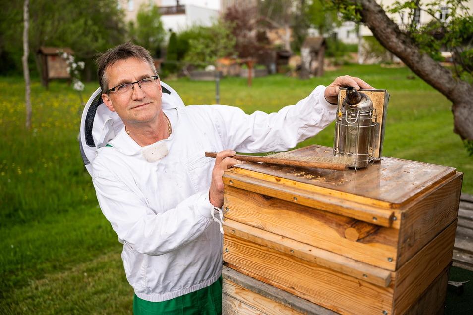 Imker Ingo Faselt an einem seiner Bienenstöcke in Kunnersdorf bei Görlitz.
