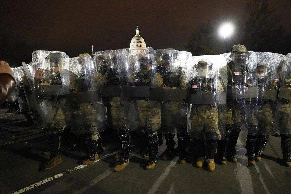 Mitglieder der Nationalgarde sichern das Gelände vor dem Kapitol gegen wütende Unterstützer des abgewählten Präsidenten Donald Trump.