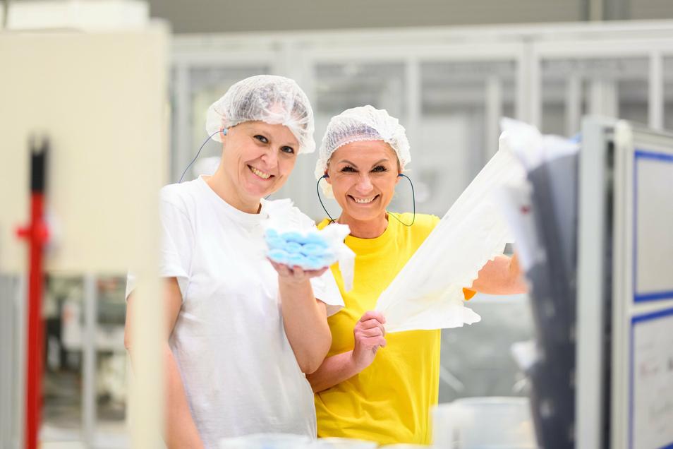 Zwei Mitarbeiterinner von Drylock in Hradek zeigen Produkte der Firma.
