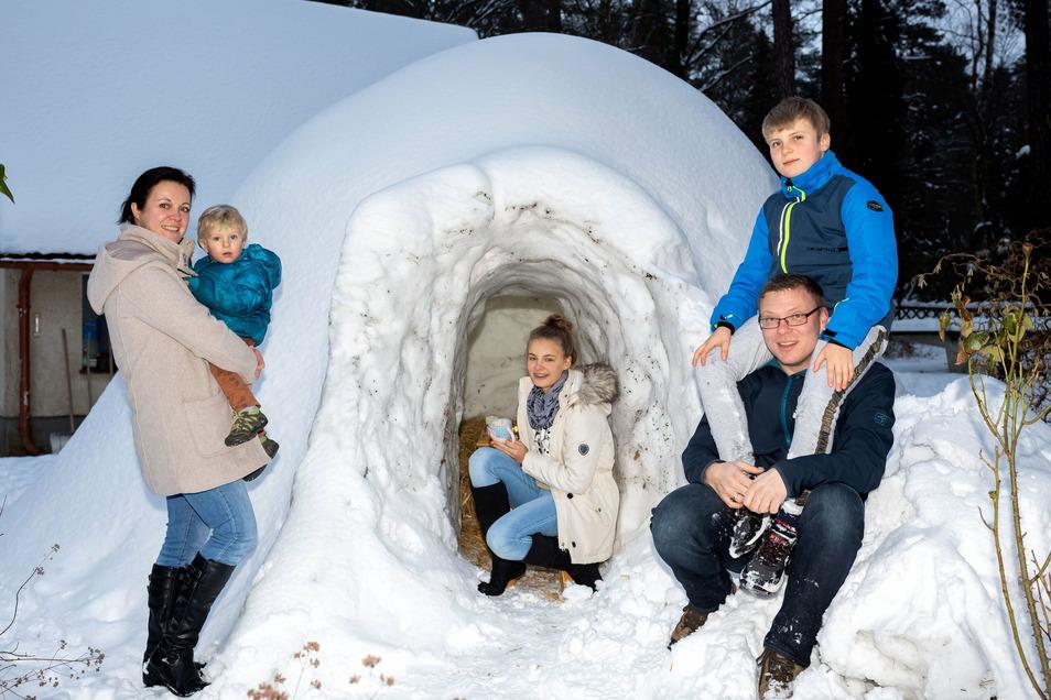 Vier Wochen Bauzeit: Bei Familie Hänsel in Gohrisch steht jetzt ein riesiges Iglu im Garten.