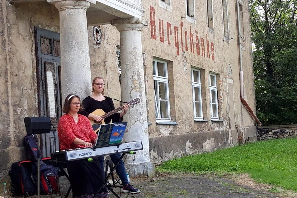 Viel braucht es nicht, um Musik und gute Laune zu machen: Petra Börner mit ihrer Tochter Bettina.