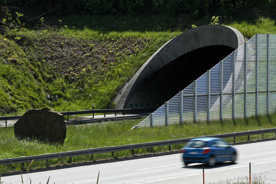 Das Schlagloch befindet sich unmittelbar vor dem Autobahntunnel Königshainer Berge.