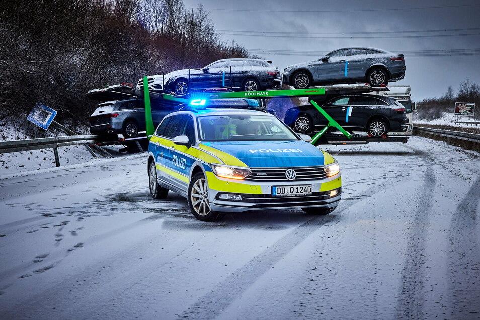 Typisch Wintereinbruch: Ein Autotransporter steht am Donnerstag beim Landschaftstunnel nahe Heidenau quer. Im Stau steckte auch der Winterdienst fest.