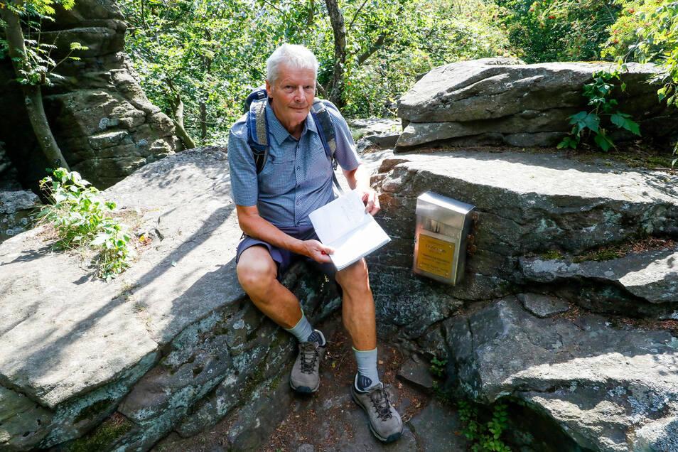 Karl-Heinz Naussed dokumentiert seine Aufstiege im Gipfelbuch des Hochsteins bei Kleindehsa.