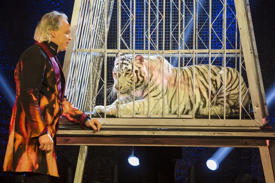 André Sarrasani mit Tigerdame Kaya bei einer seiner Shows im vergangenen Jahr.