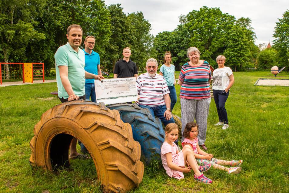 Brigitte Bollinger (2. v. r.), die Kinderärztin im Ruhestand, und ihr Mann Wolfgang (sitzend) unterstützen das Schwarzkollmer Spielplatz-Projekt mit 1.000 Euro.