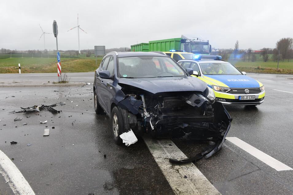 Zwei Pkw erlitten einen Totalschaden und mussten abgeschleppt werden.