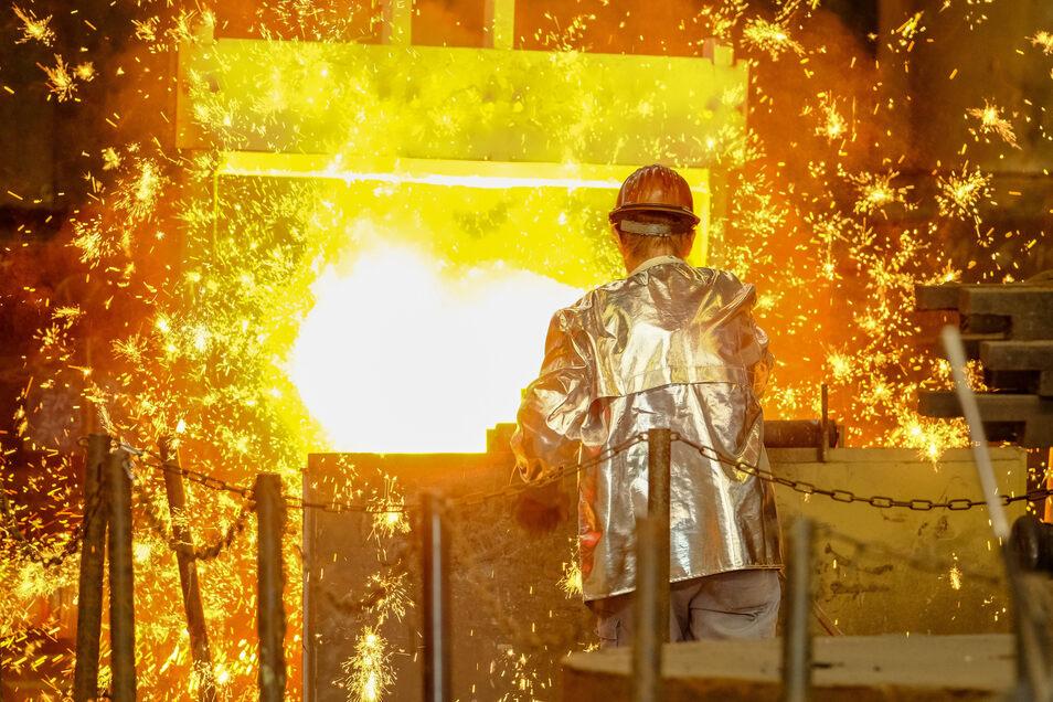 Die Schmelze wird für den Guß vorbereitet, indem ein kleines Stück Holz hineingegeben wird. Dadurch entsteht eine heftige Reaktion im flüssigen Eisen, sodass unerwünschte Beimengungen aufgewirbelt werden und entweichen.