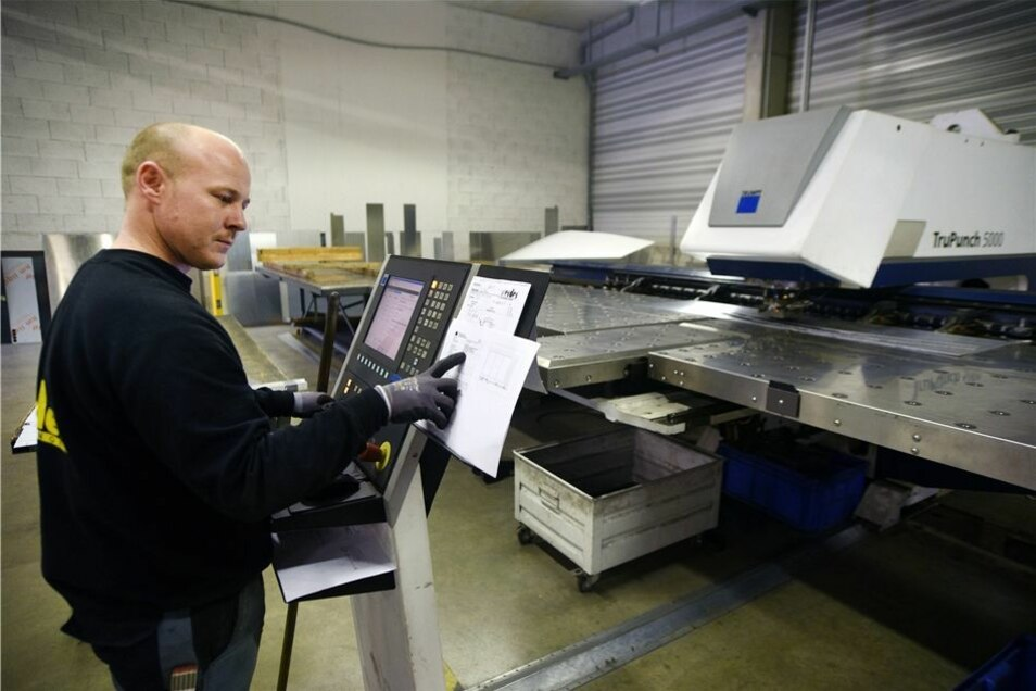 Jan Helbig bedient eine Stanzmaschine bei der Werder Bedachungen GmbH in Leutersdorf, an der die Dachkonstruktionen für die Montage von Dächern meist für Großbaustellen im gesamten Land hergestellt werden.