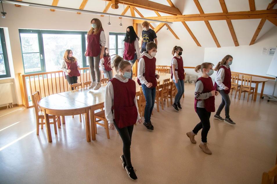 """Für die """"Jerusalema Dance Challenge"""" darf in der Oberschule Mücka auch auf den Tischen getanzt werden."""