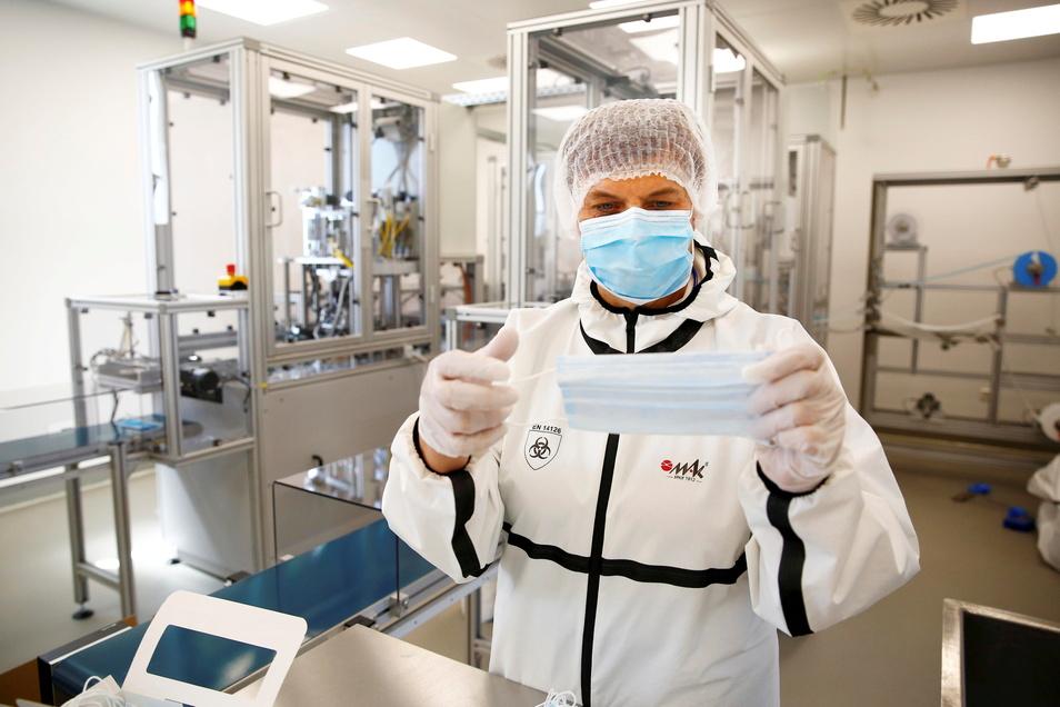 Modenäherin Ramona Jentzsch kontrolliert Schutzmasken, die in der Ohorner Firma PHB produziert werden. Jetzt ging die zweite Fertigungslinie in Betrieb.