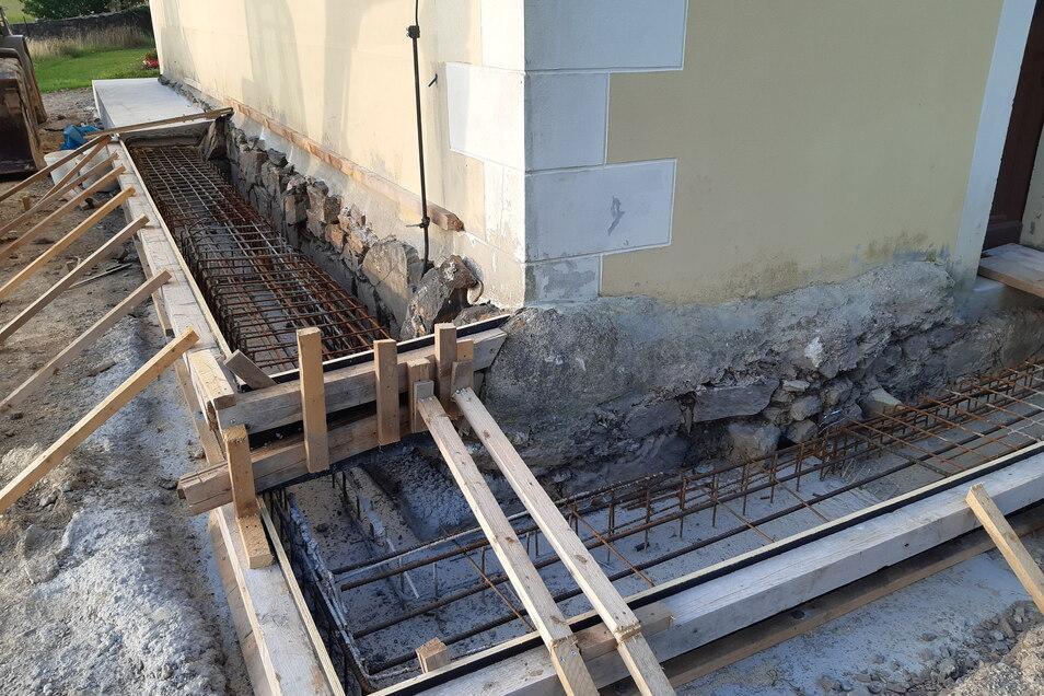 Das Fundament des Marbacher Kirchturmes musste stabilisiert werden. Pünktlich zum Erntedank am Sonntag sind die Arbeiten beendet.