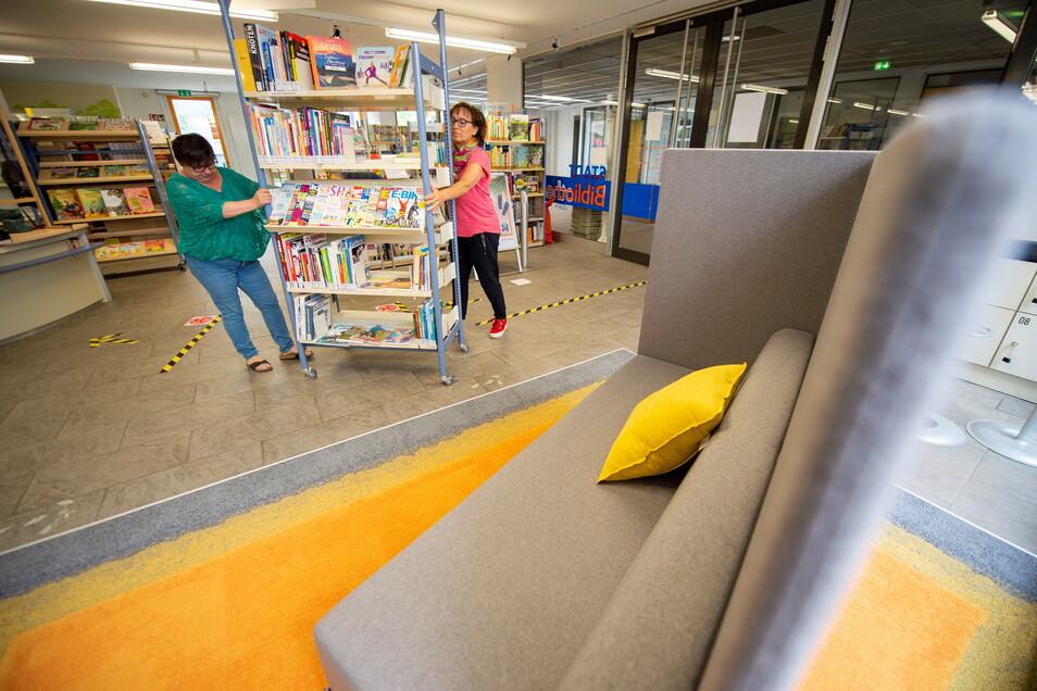Jetzt mit Sofa: Damit in der Heidenauer Bibliothek dafür Platz wurde, haben Petra Hänel und Kerstin Kraushaar (l.) umgeräumt.