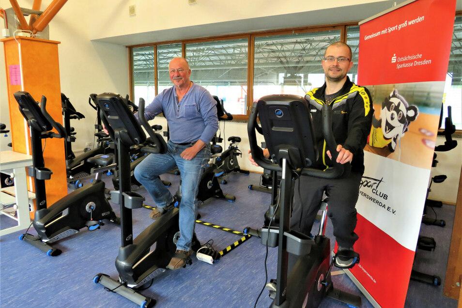 Probesitzen beim Ergometer-Training. Steffen Täuber (links) und SC-Trainer Tom Sebastian hoffen darauf, dass die Herzsportgruppe und alle anderen Reha-Teilnehmer bald wieder gemeinsam etwas für Ihre Gesundheit tun können.