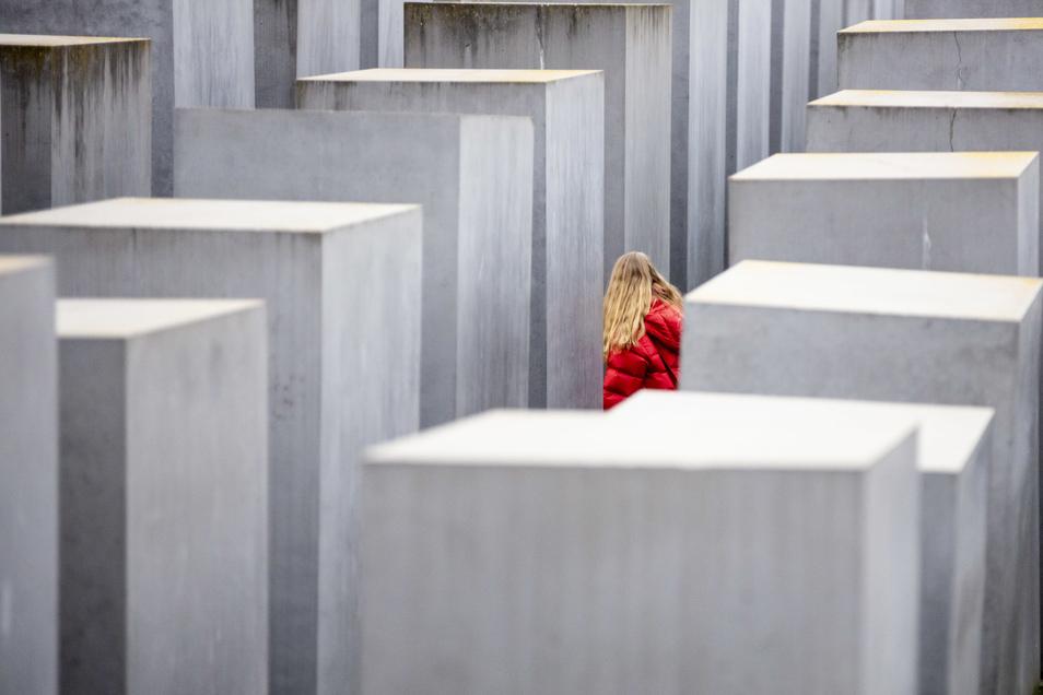 Eine junge Frau läuft in Berlin durch das Denkmal für die ermordeten Juden Europas. Am 27. Januar jährt sich die Befreiung des Konzentrationslagers Auschwitz-Birkenau zum 75. Mal.