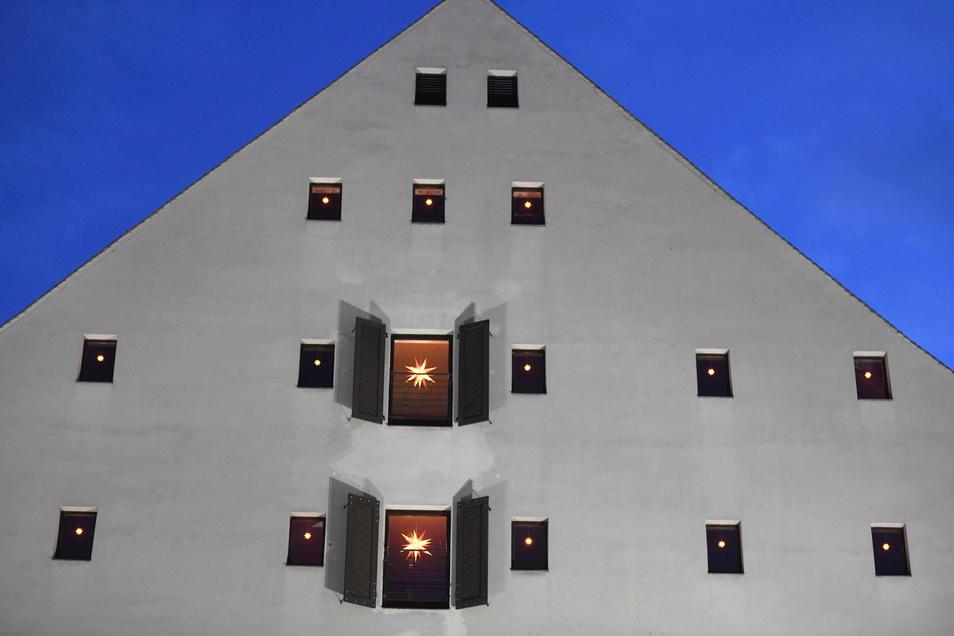 Die 50 Leihsterne leuchten dieses Jahr von den Fenstern des Salzhauses