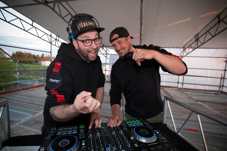Sebastian Seidel (links) und Rico Einenkel sind Stereoact. Am Freitagabend legten sie auf einer Bühne bei Gerüstbau Gemeinhardt auf.