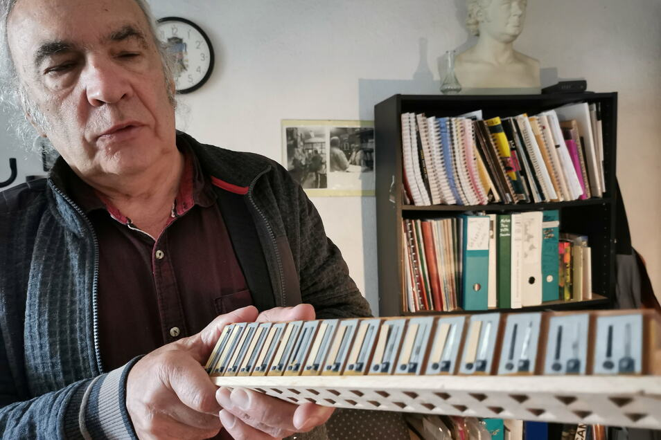 Auch Reparaturen werden im Musikgeschäft Rasch vorgenommen. Hier zeigt Henry Rasch ein kaputtes Teil eines Akkordeons.