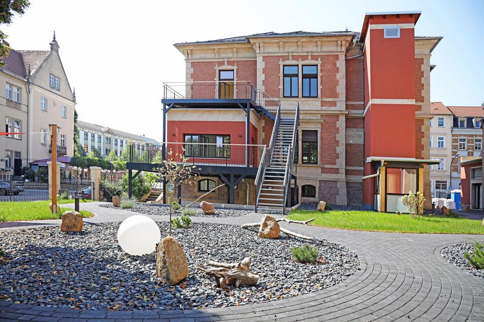 Die Rückseite der Villa mit Gartenanlage, Terrassen und dem Fahrstuhl-Anbau. Links das Rathaus mit dem Ratskeller.
