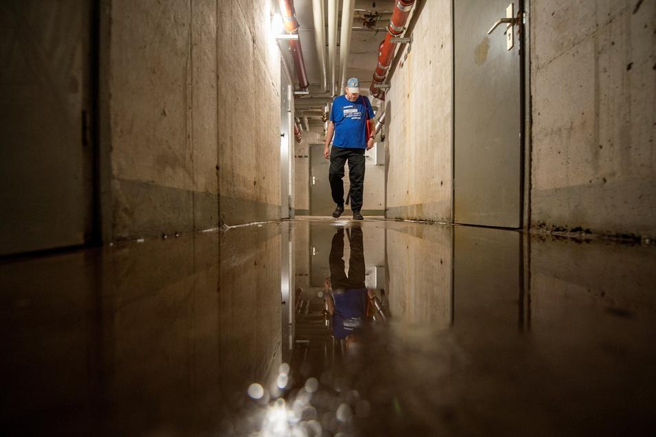 Besser Gummistiefel anziehen! Steffen Zeier ärgert sich über das Wasser in dem Keller des Hochhauses, in dem er zur Miete wohnt.