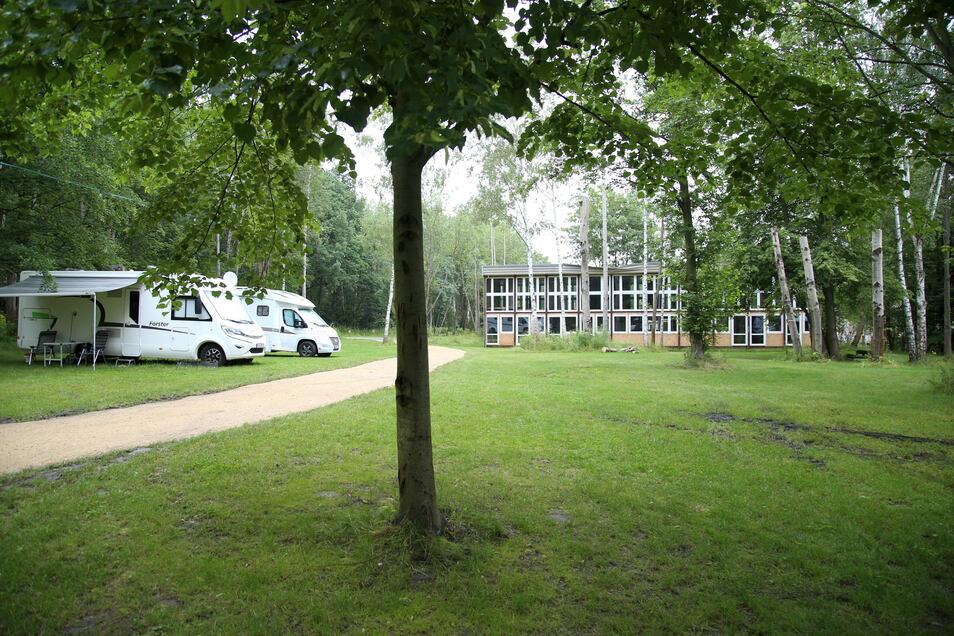 Der Campingplatz auf dem Kühlhausgelände - im Hintergrund ist das neue Atelierhaus zu sehen.