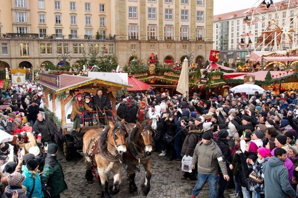 Der Festwagen mit dem Riesenstollen fährt zur Stollenprozession des 20. Dresdner Stollenfests über den Striezelmarkt in Dresden. Zum Jubiläum wurde der bisher schwerste Riesenstriezel mit einem Gewicht von 4246 Kilogramm gebacken.
