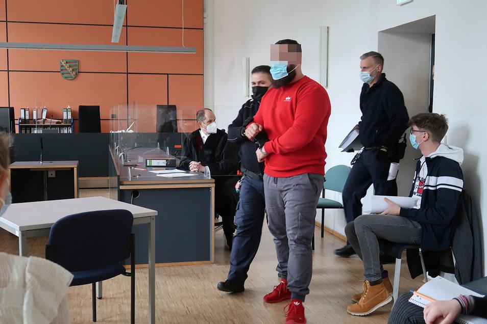 Wachtmeister bringen am Dienstag Ammar R. in den Saal des Landgerichts Dresden..