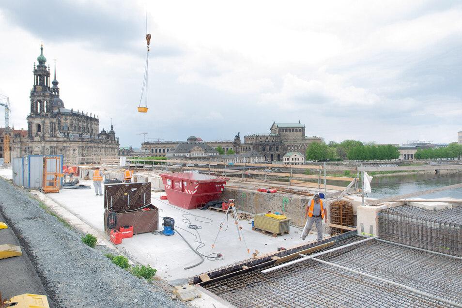 Weit fortgeschritten sind auch die Arbeiten auf der elbabwärts liegenden Seite der Augustusbrücke. Etwa zwei Drittel der Oberfläche sind schon frisch betoniert.