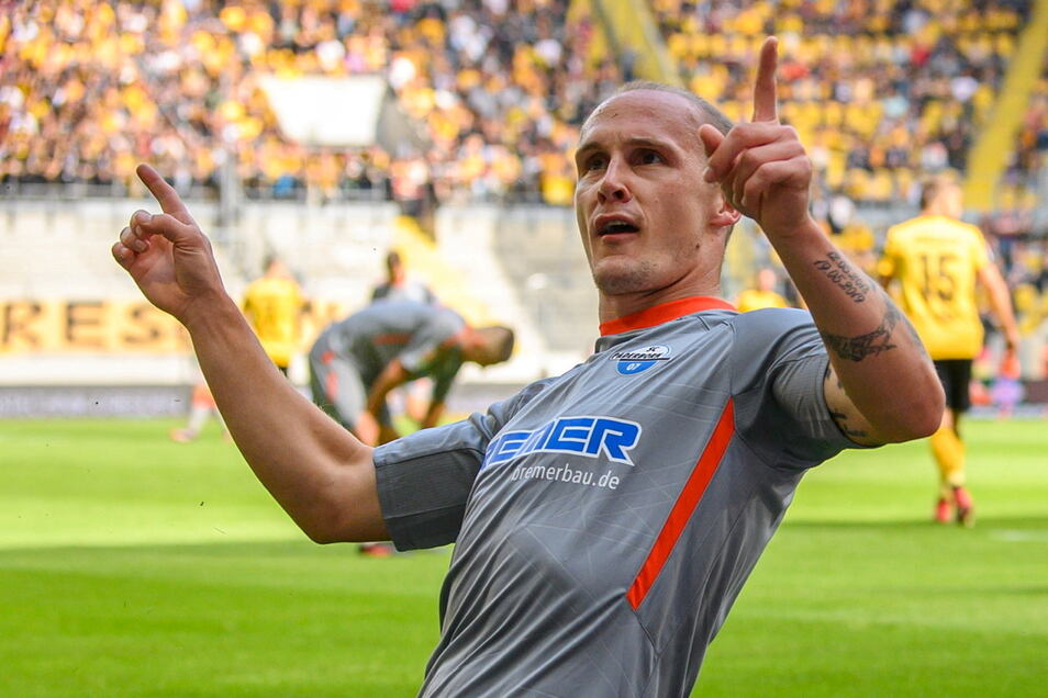 Paderborns Sven Michel feiert seinen Treffer zum 1:0 vor dem Gästeblock.