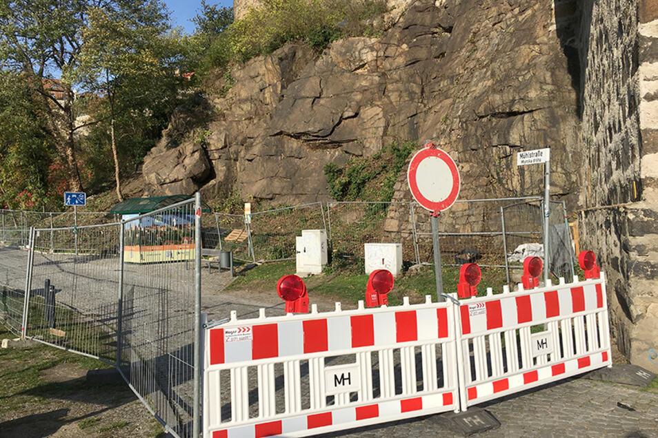 Wegen Sicherungsarbeiten am Felsen muss die Bautzener Mühlstraße im Bereich an der Alten Wasserkunst für den Verkehr gesperrt werden.