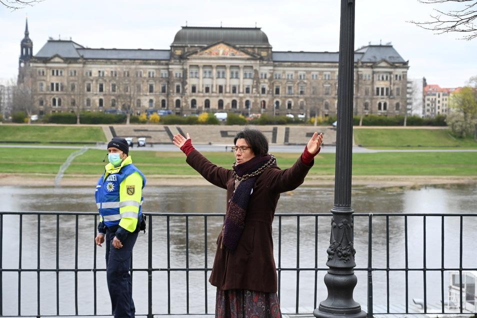 Erstaunliche Ansichten: Eine Frau bei einem öffentlichen Gebet.