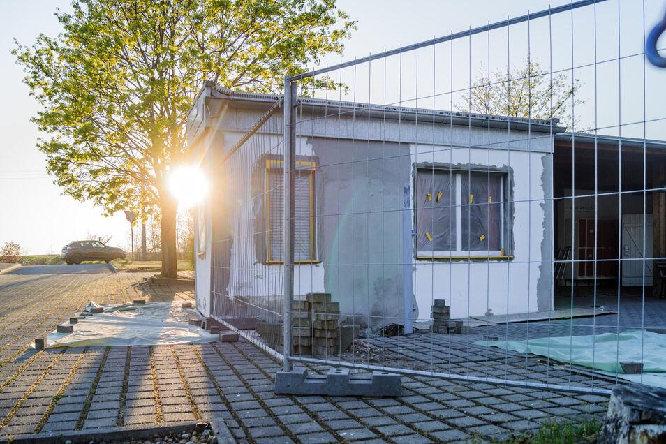 Die Saison im Strehlaer Nixenbad beginnt in sechs Wochen. Zur Zeit wird noch der Eingang neu gestaltet.