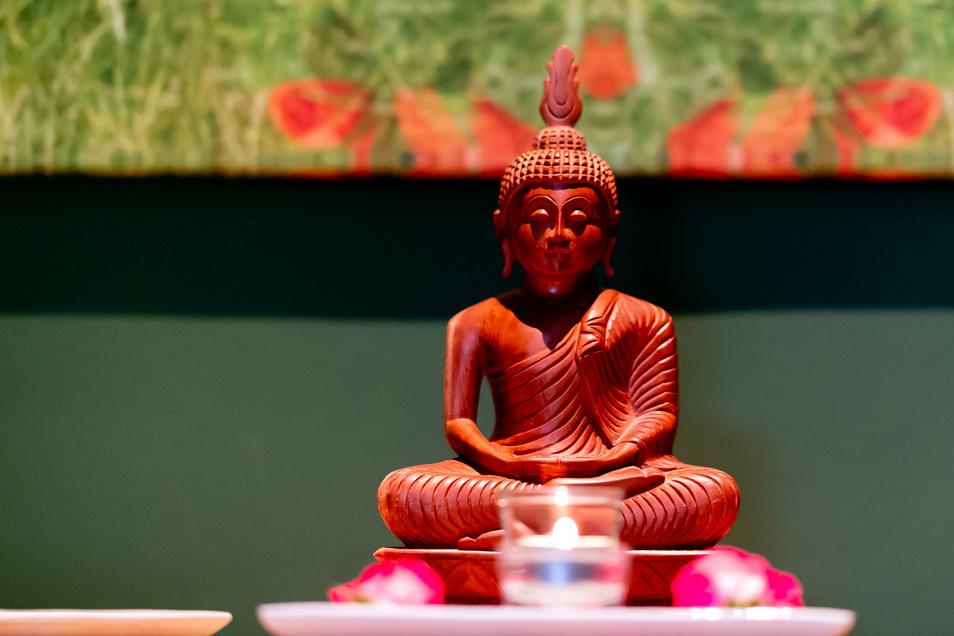Vor dem Behandlungszimmer von Ayurveda-Arzt Dr. Sarath Galagama thront ein Buddha.