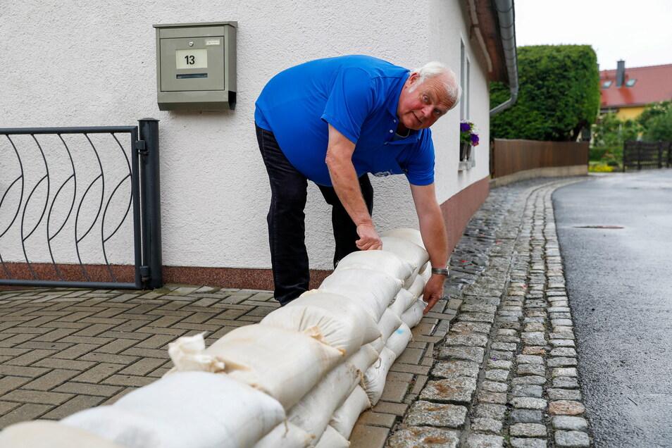 Sandsäcke gegen Hochwasser stapeln wie hier auf diesem Symbolbild wird in Ebersbach-Neugersdorf bald zur Bürgerpflicht.