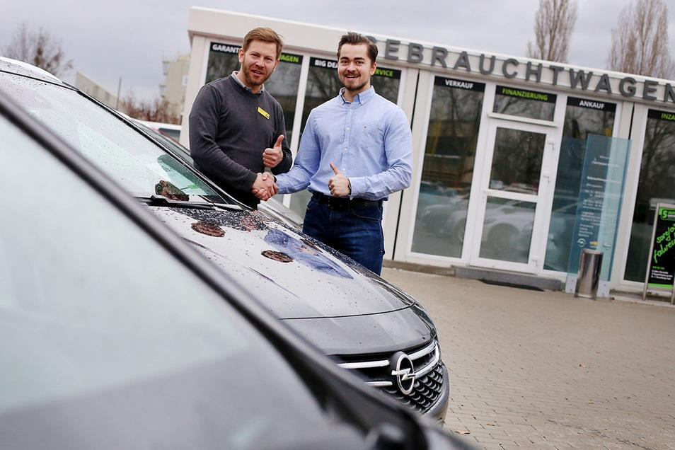 Gebrauchtwagenverkäufer Robert Findeisen (l.) und Sebastian Hänsch freuen sich auf ihre Kunden.