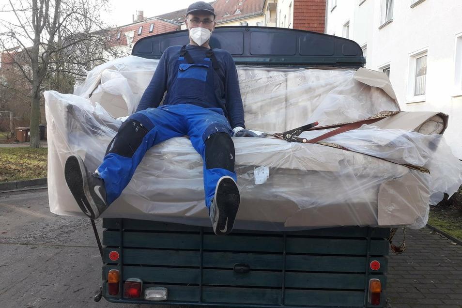 Vereinsmitglied Andy Rehle bei einem Transport der besonderen Art: Das Sofa wurde an ein älteres Ehepaar in Görlitz geliefert.