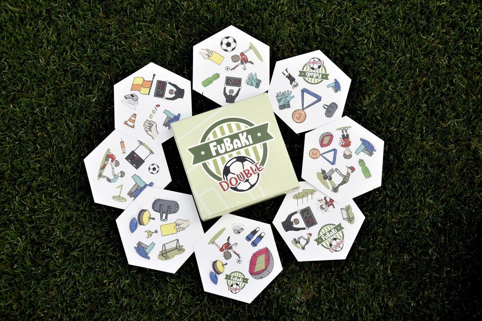 Spielkarten im Fußballfleckenformat: Dominik Kirst hat das Kartenspiel erfunden, um die Spieler in Turnierpausen sinnvoll zu beschäftigen.