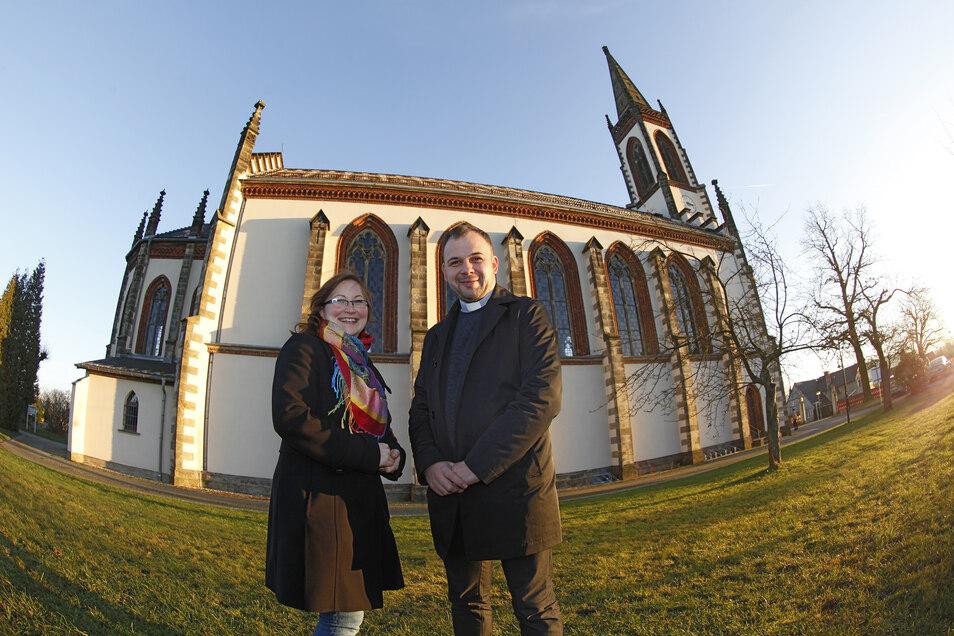 Pfarrer Andrzej Glombitza und Gemeindereferentin Claudia Böhme vor der katholischen Kirche in Leutersdorf.