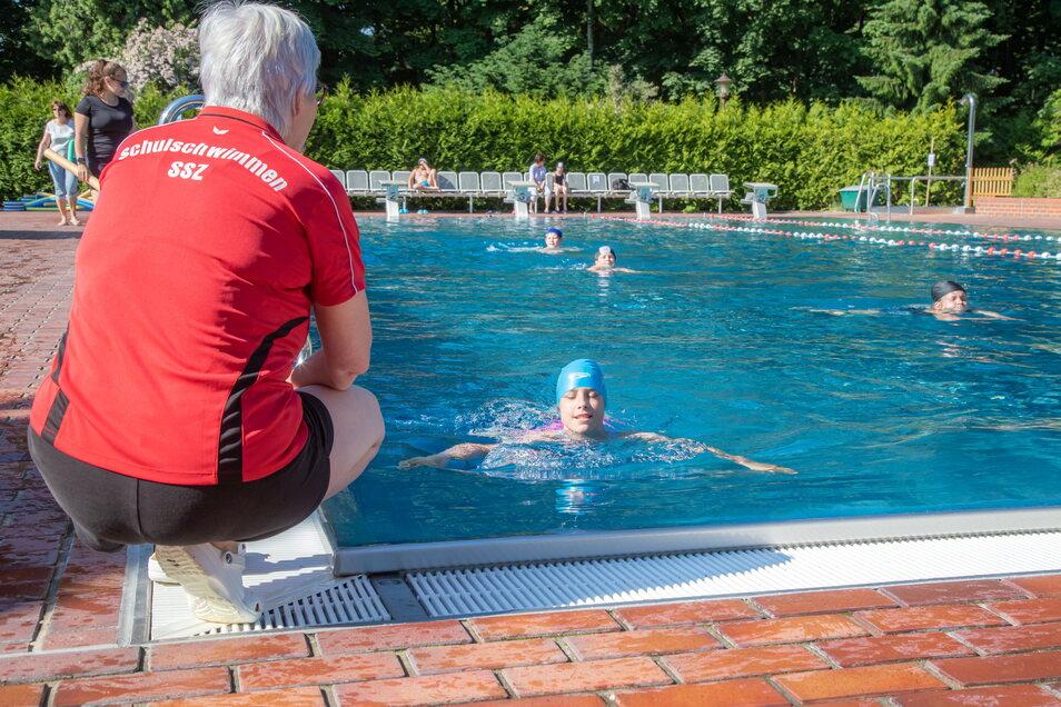 Schwimmen gehört zum Sportunterricht an der Gutenbergschule in Niesky. Zudem lernen die Schüler im Waldbad das Schwimmen.