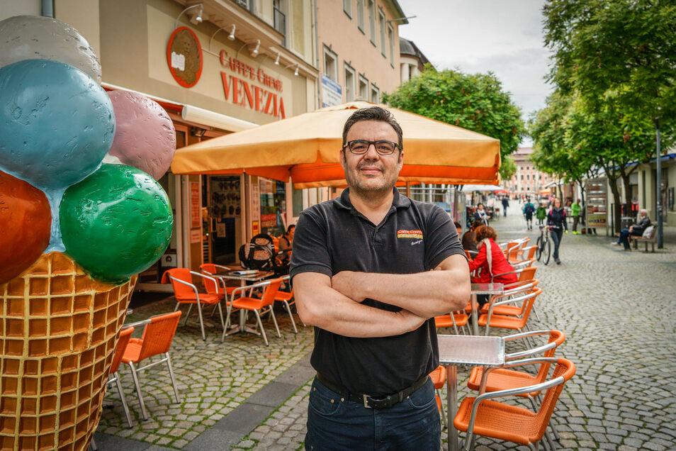 Sergio Seresin vom Eiscafe Venezia befürchtet, dass durch die geplante Baustelle auf Bautzens Reichenstraße noch weniger Kunden vorbeikommen. Er ist nicht der einzige, der sich sorgt.