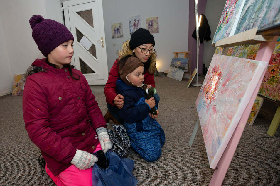 Wie es sich zu einer Museumsnacht gehört, schauten sich Kinder und Eltern Ausstellungen an.