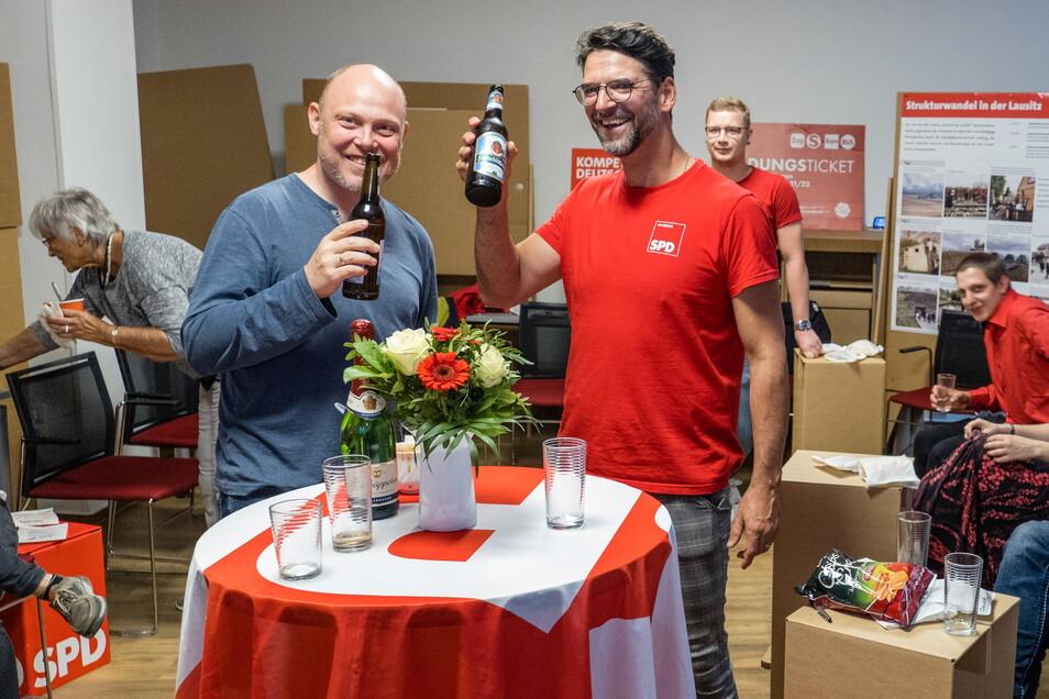 Gute Laune bei der SPD, es herrscht gelöste Stimmung nach den ersten Prognosen bei Direktkandidat Harald Prause-Kosubek (rechts) und dem Görlitzer SPD-Chef Silvio Minner.