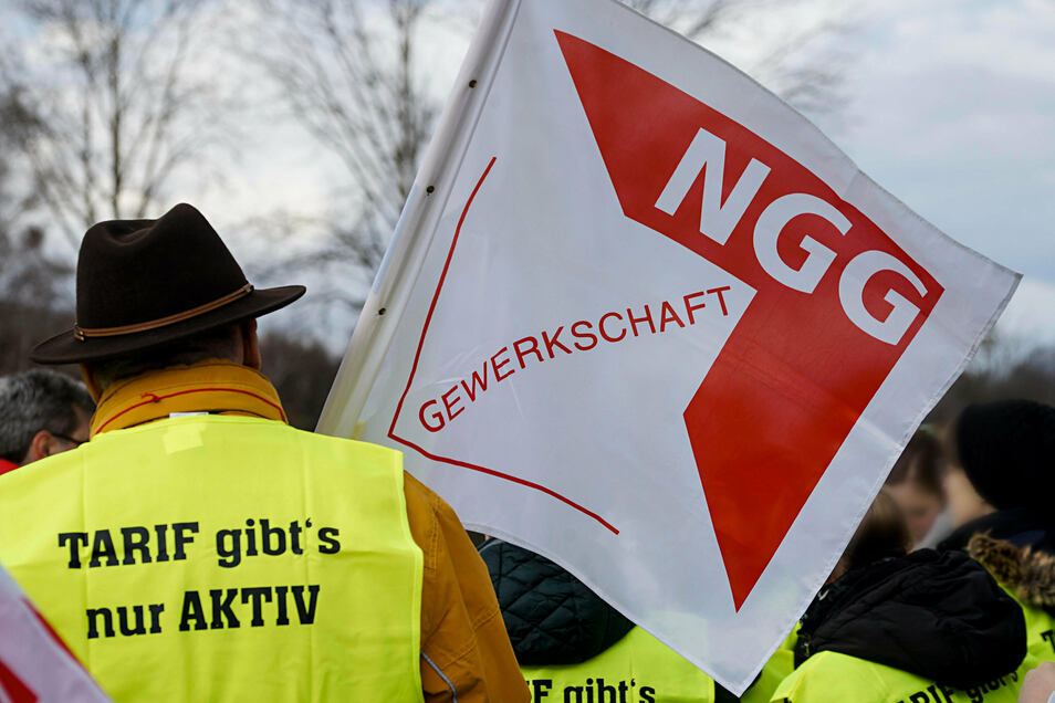 Mit Gewerkschaftsunterstützung kämpfen Beschäftigte der Lausitzer Früchteverarbeitung Sohland seit etlichen Tagen um mehr Geld. Jetzt wird der Streik ausgesetzt.