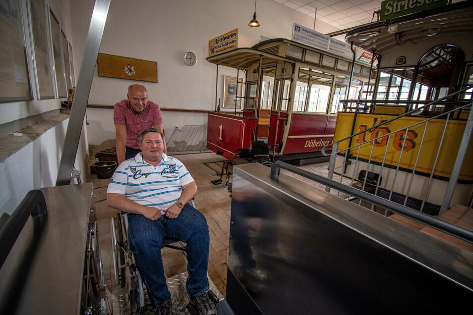 Der neue neue Hublift im Pferdebahnmuseum Döbeln, in den Jörg Lippert Swen Liebsch schiebt wurde über das Projekt Lieblingsplätze finanziert.