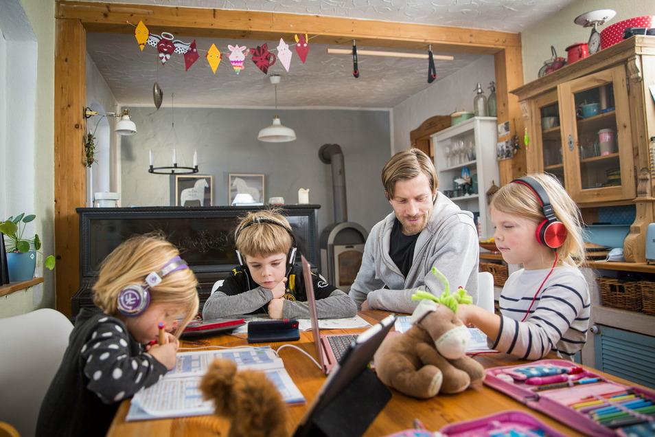 Das Kuscheltier ist immer dabei. Johannes Baumgärtel betreut seine Kinder bei den Schulaufgaben am Küchentisch. Das ist ein Vollzeitjob, sagt er.