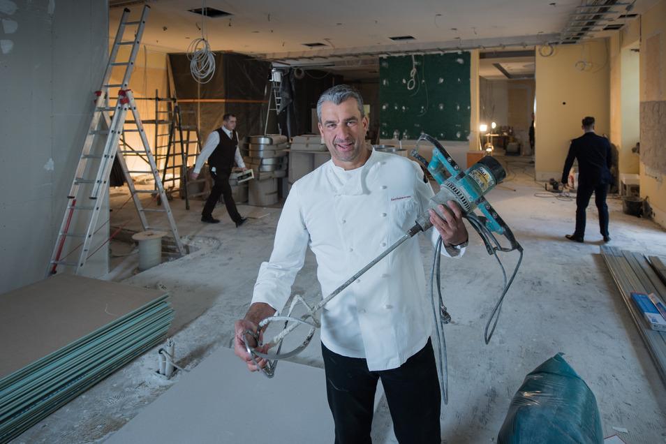 Gerd Kastenmeier zeigt den Fortschritt der Bauarbeiten.